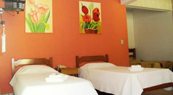 segundo ambiente do chalé com camas de solteiro