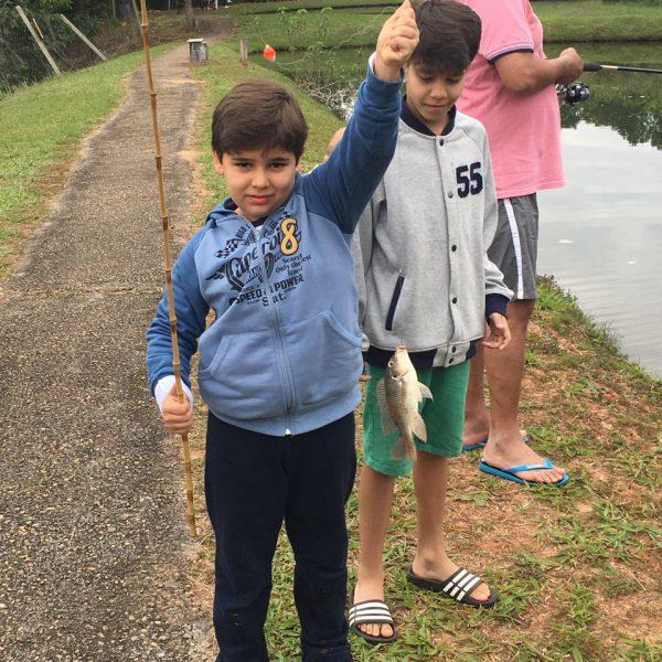 família pescando