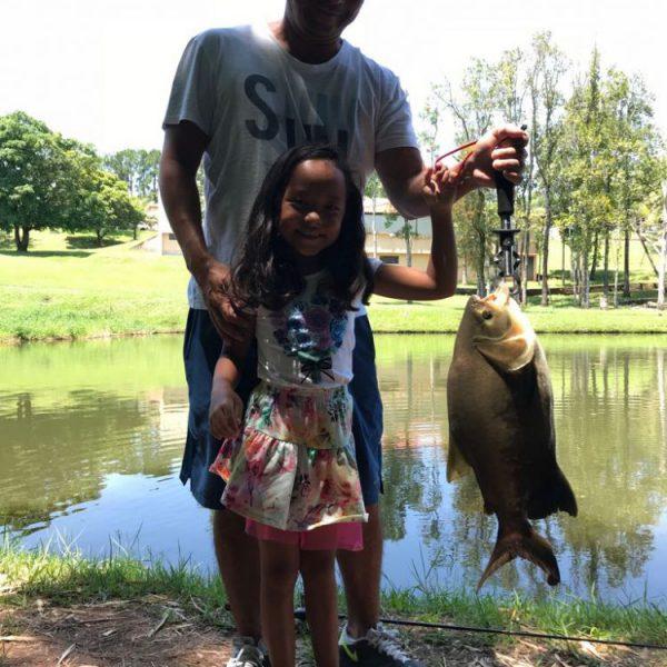 pai e filha pescando juntos