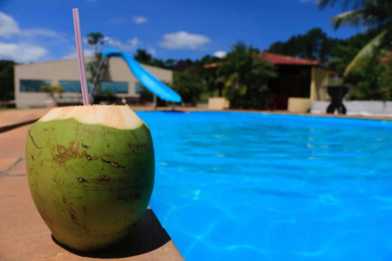 piscina, coco verde, calor e tranquilidade